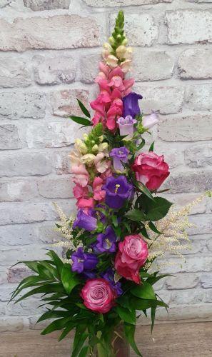 Fialovorůžové růže s kampanulou a hledíky