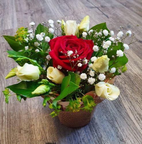 Růže v objetí eustomy
